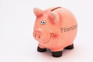 コミカルな顔の豚の貯金箱