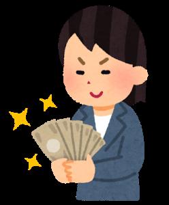 お金を見つめてニヤけている女性
